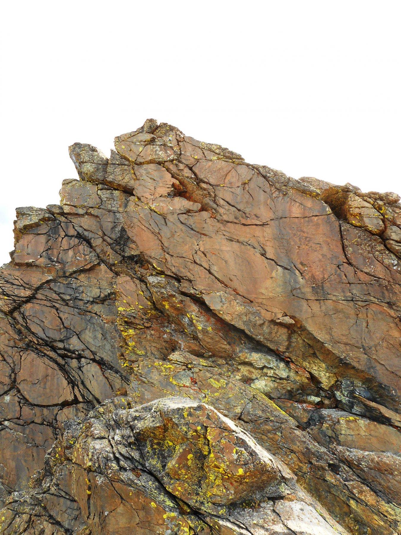 la placca verticale finale (il camino che la evita è dietro lo spigolo di sx col lichene giallo)