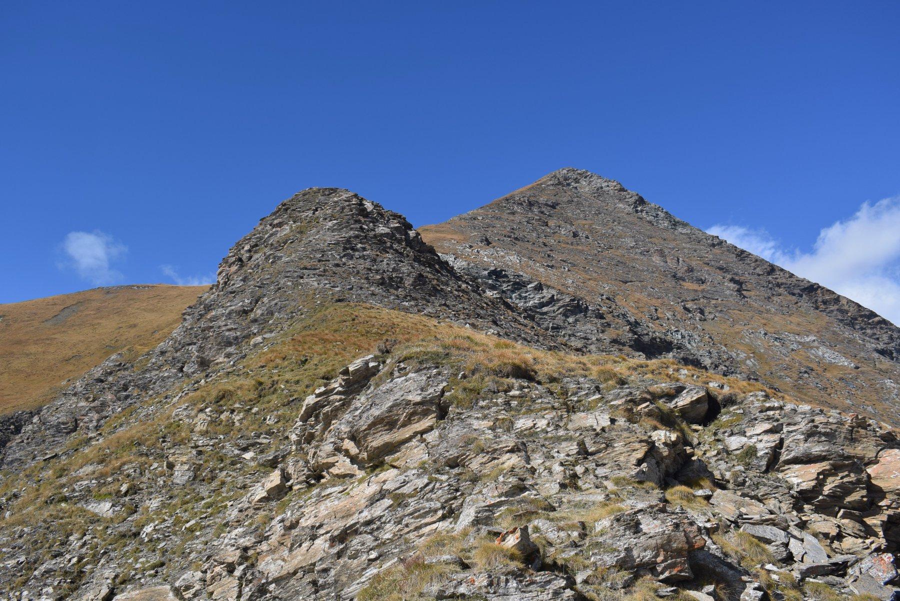 La cresta di salita, con al centro il risalto roccioso