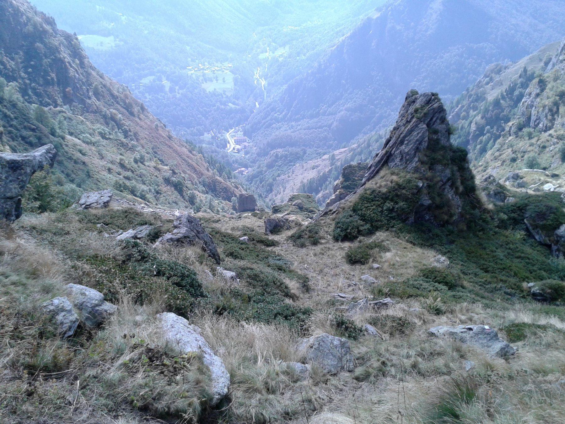 traccia tra cuspidi rocciose