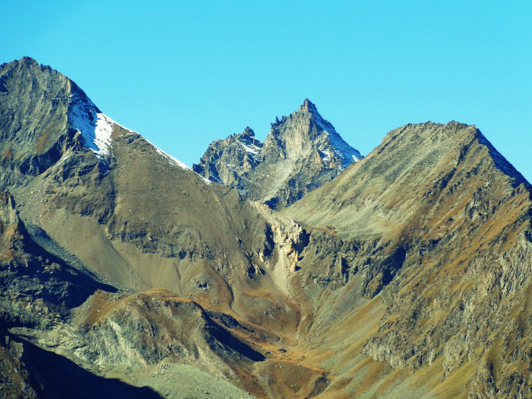 A sinistra Punta Crevasse, in mezzo Colle di Trayo, a destra Punta di Trayo, Gran Nomenon in mezzo che fa da sfondo