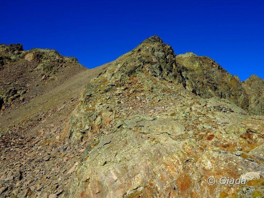 La Cima Sud D'Ischiator e a sinistra la pietraia che porta al passo