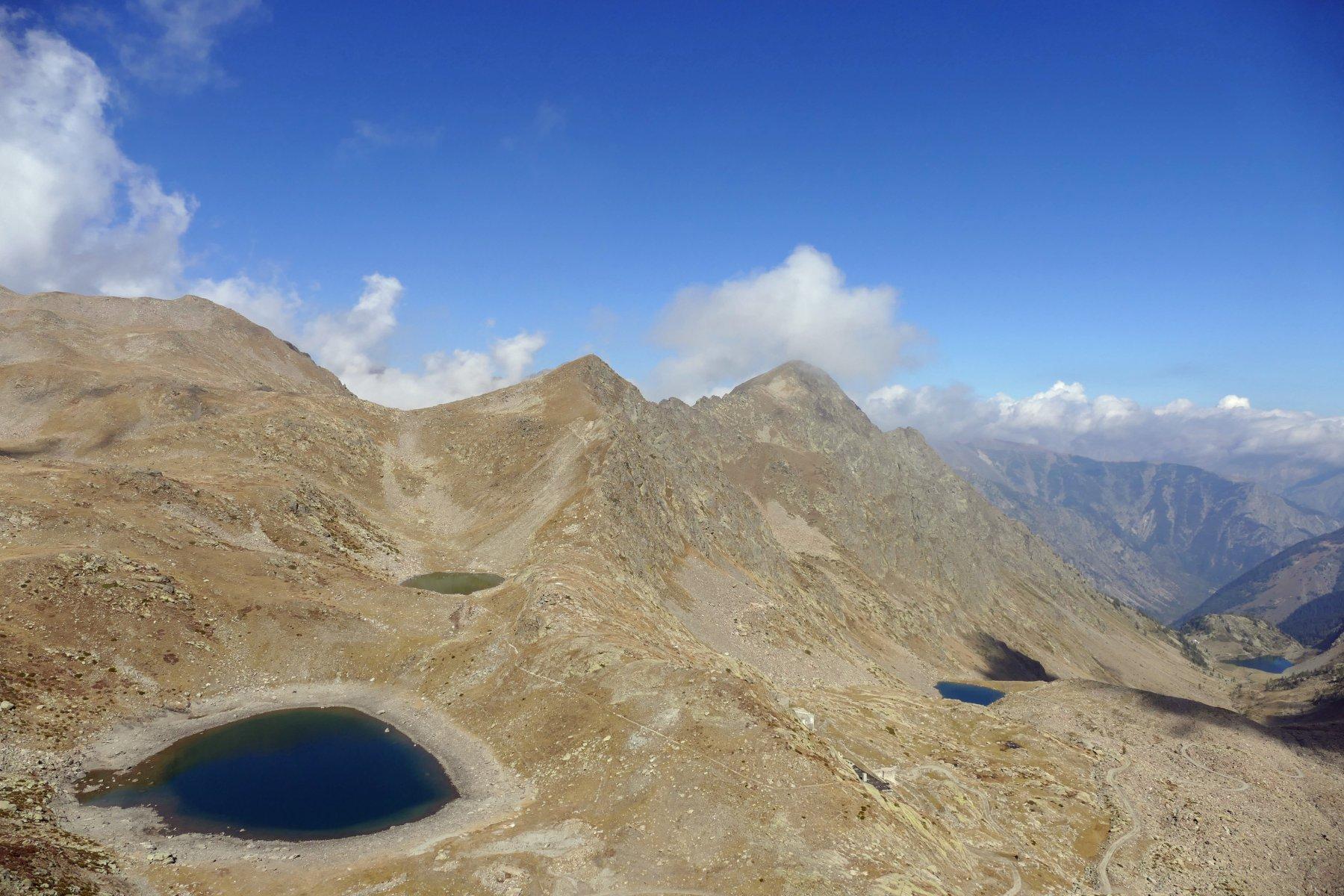 Vista dal passo Collalunga sui laghi omonimi,il lago di Mezzo e il lago Laus