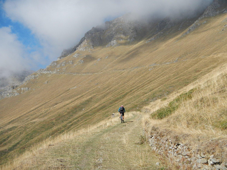 lo sterrato che risale il versante sud del Monte Pintas