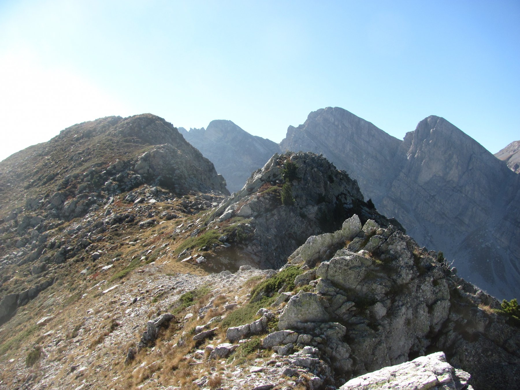 dalla prima parte della cresta: P.ta Emma, Cime Bozano e Pareto sullo sfondo