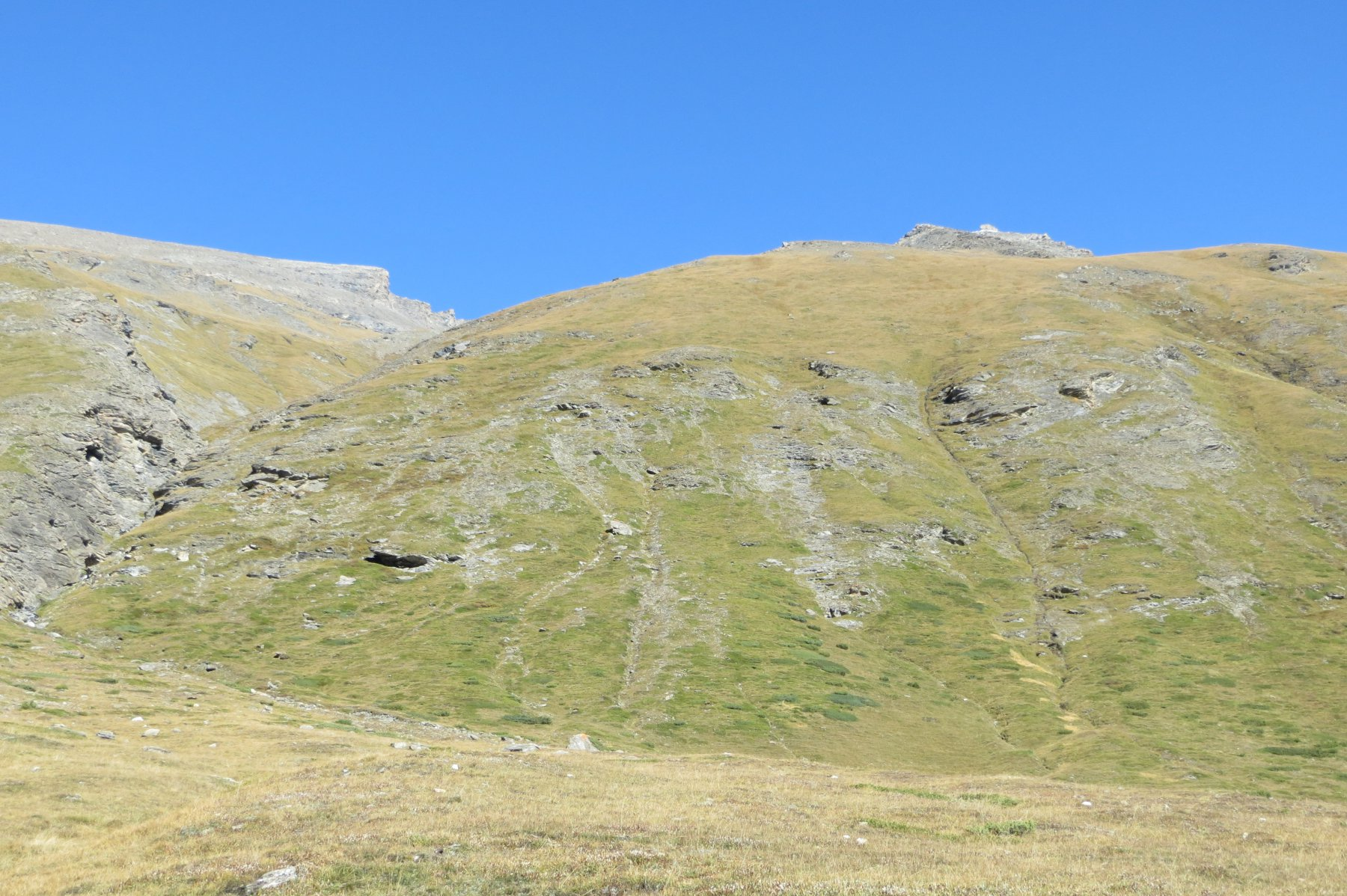 l'intaglio del Ruisseau de Saulcier a sinistra, la vetta in alto a destra