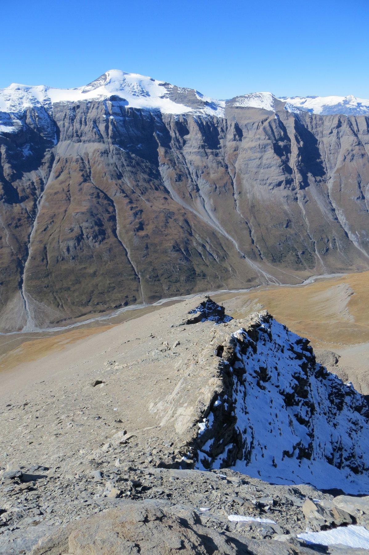 risalendo la cresta ovest - sullo sfondo la Roncia