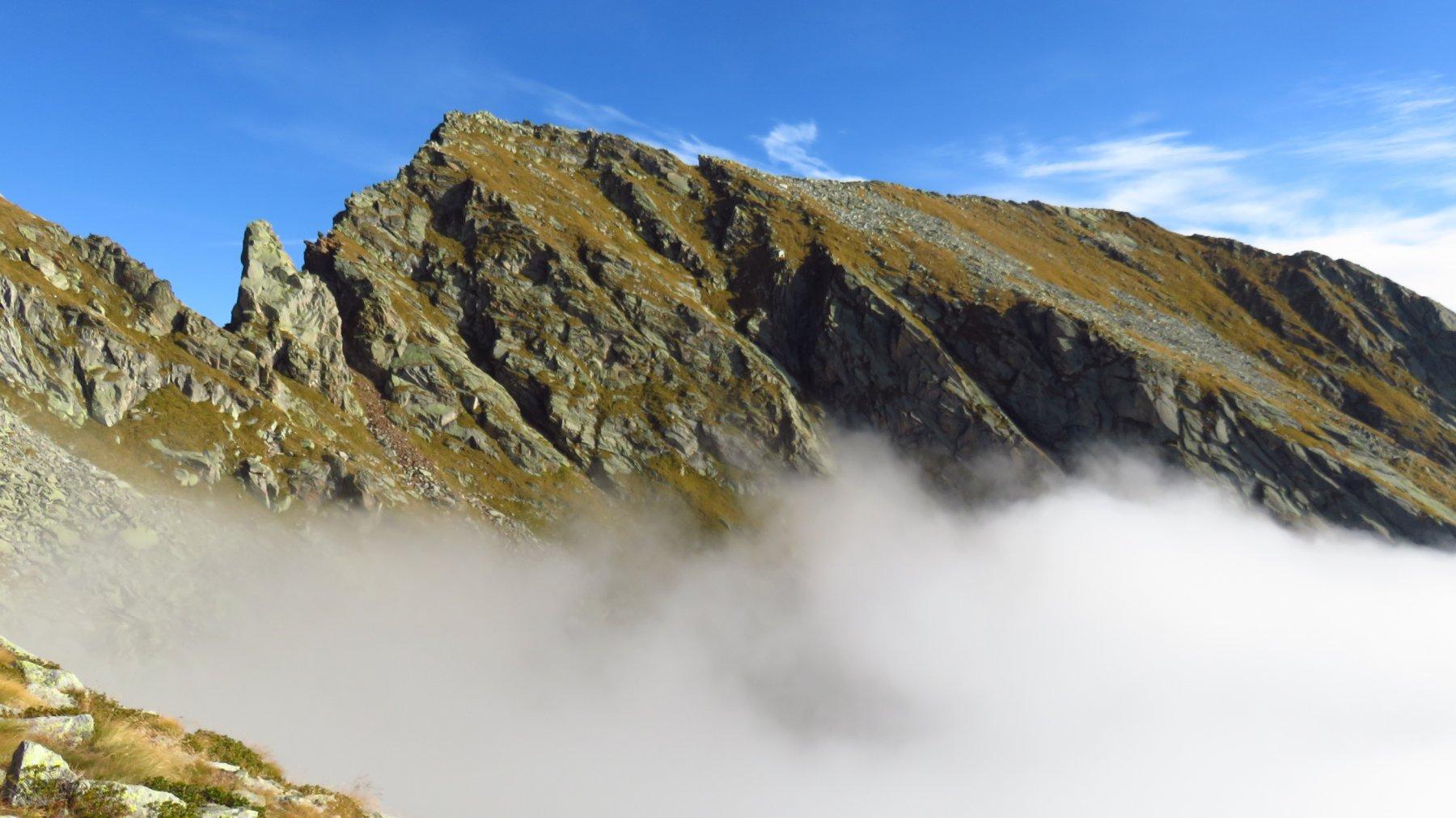 Uscita dal mare di nebbia, con vista su Punte Manda