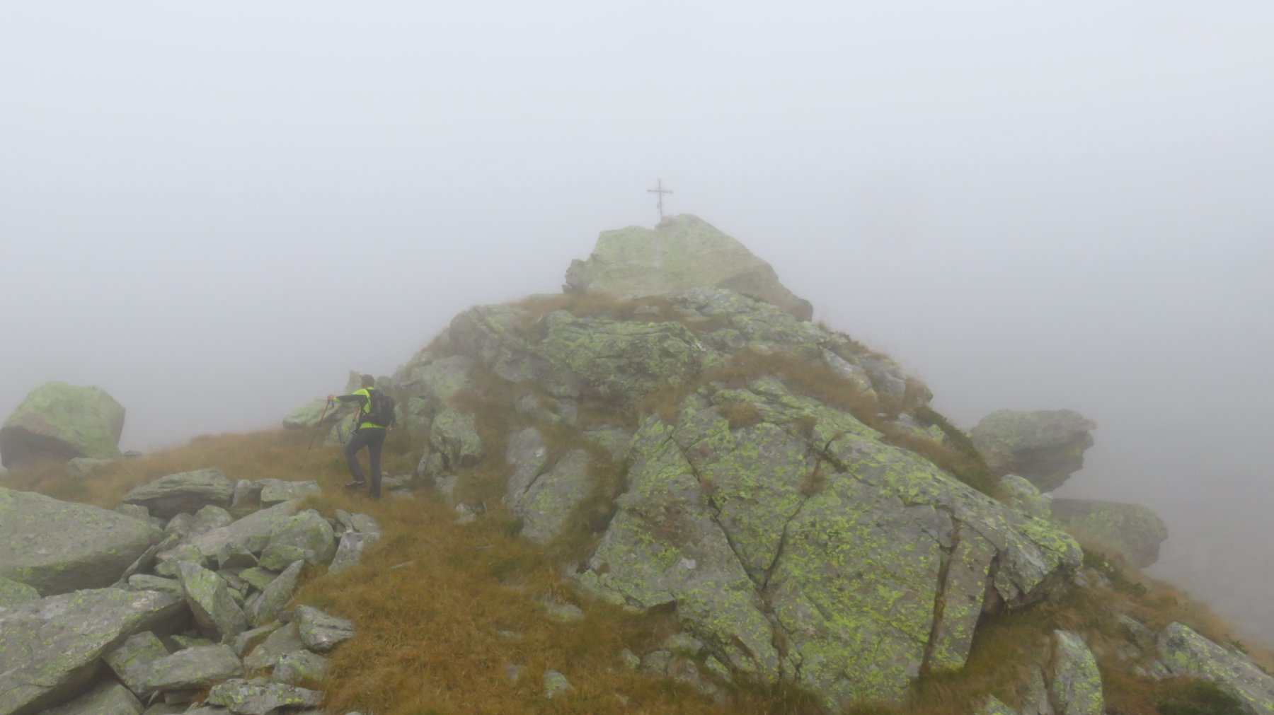 si giunge nella nebbia alla Croce