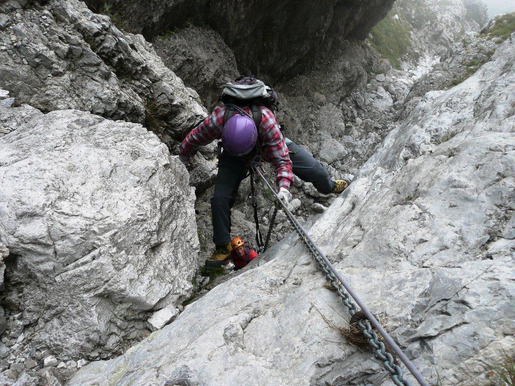 Secondo salto, diedro non attrezzato, tratto verticale e traverso in camino
