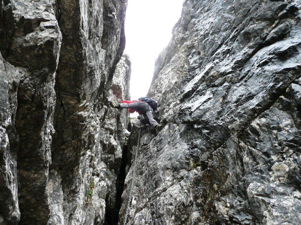 Quarto salto in spaccata su ottimi appoggi che fanno risparmiare le braccia, segue un bel movimento a guisa di serpe ...