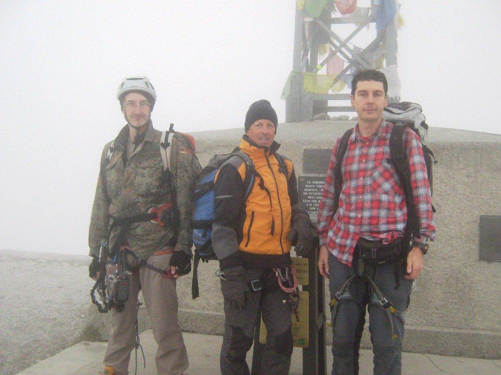 La squadra in cima nella nebbia