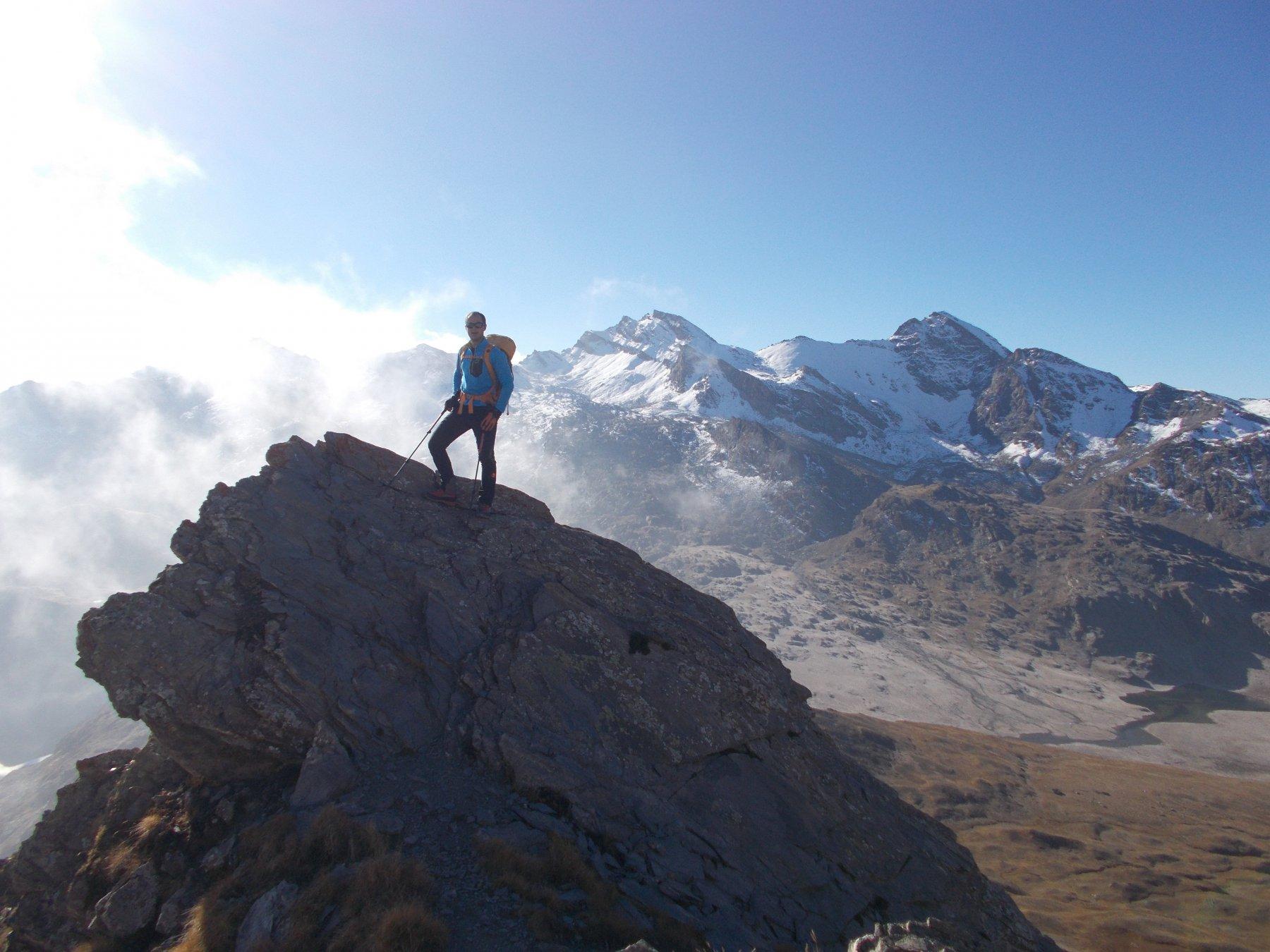sguardo all'indietro verso il Salza e il Mongioie..dall'ancora facile cresta che porta al Col Blanchatre..