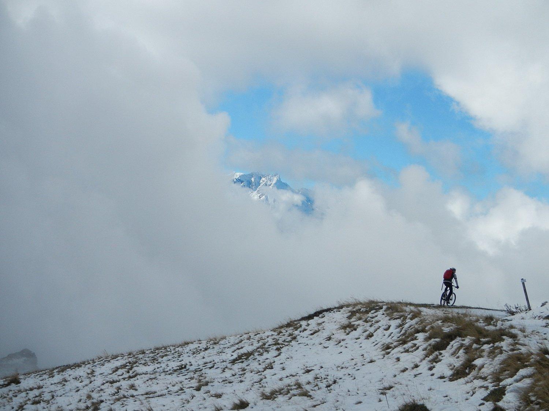 poco oltre il bivio, a quota 1950 m.,  in direzione dell'Alpe della Portia