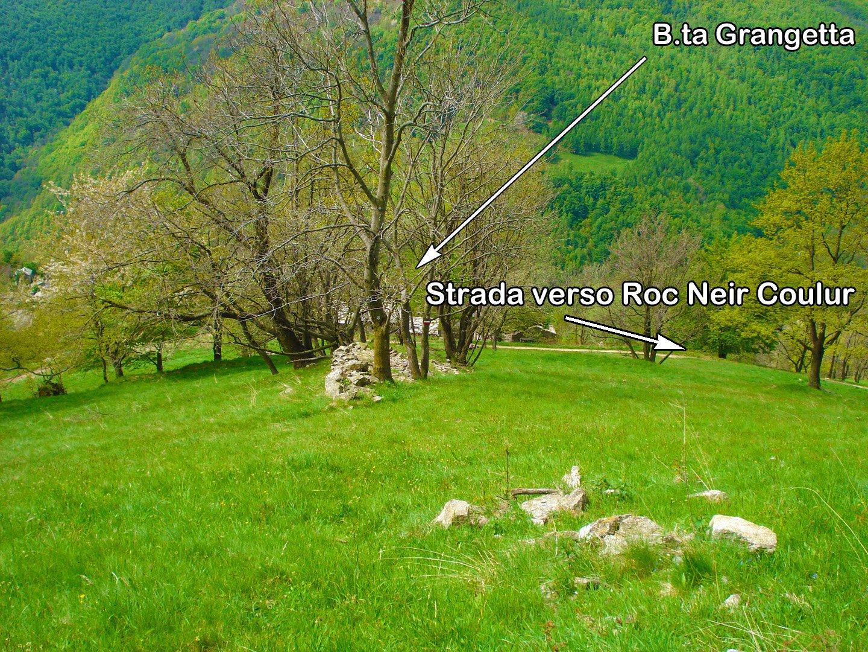 La strada sterrata che passando sopra B.ta Grangetta prosegue verso la struttura piramidale di Roc Neir Coulur