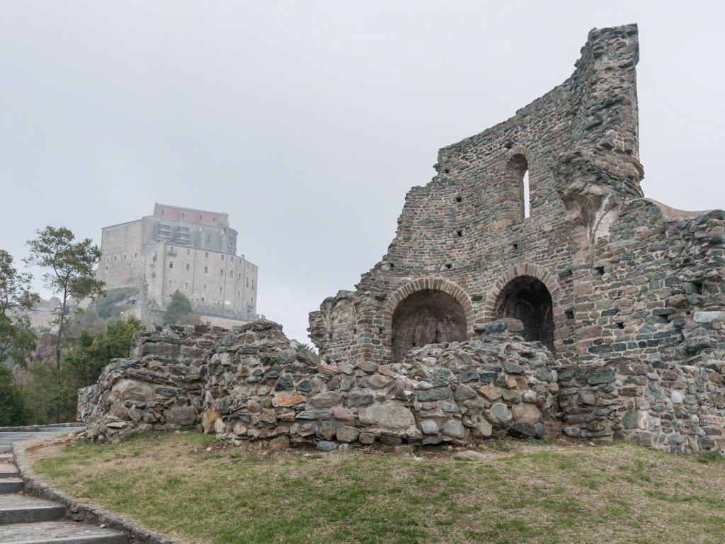 Ruderi e abbazia nella crescente foschia...
