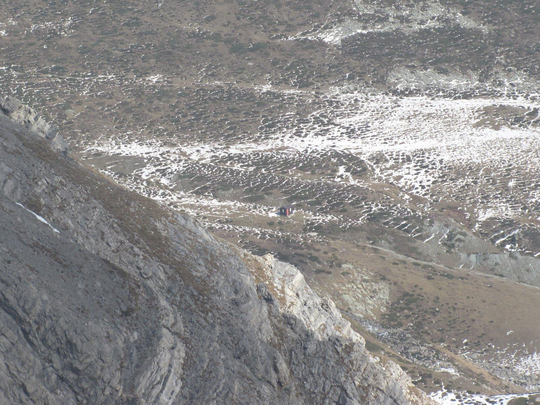 zoom sul Bivacco Cavarero, sotto la Cima Revelli