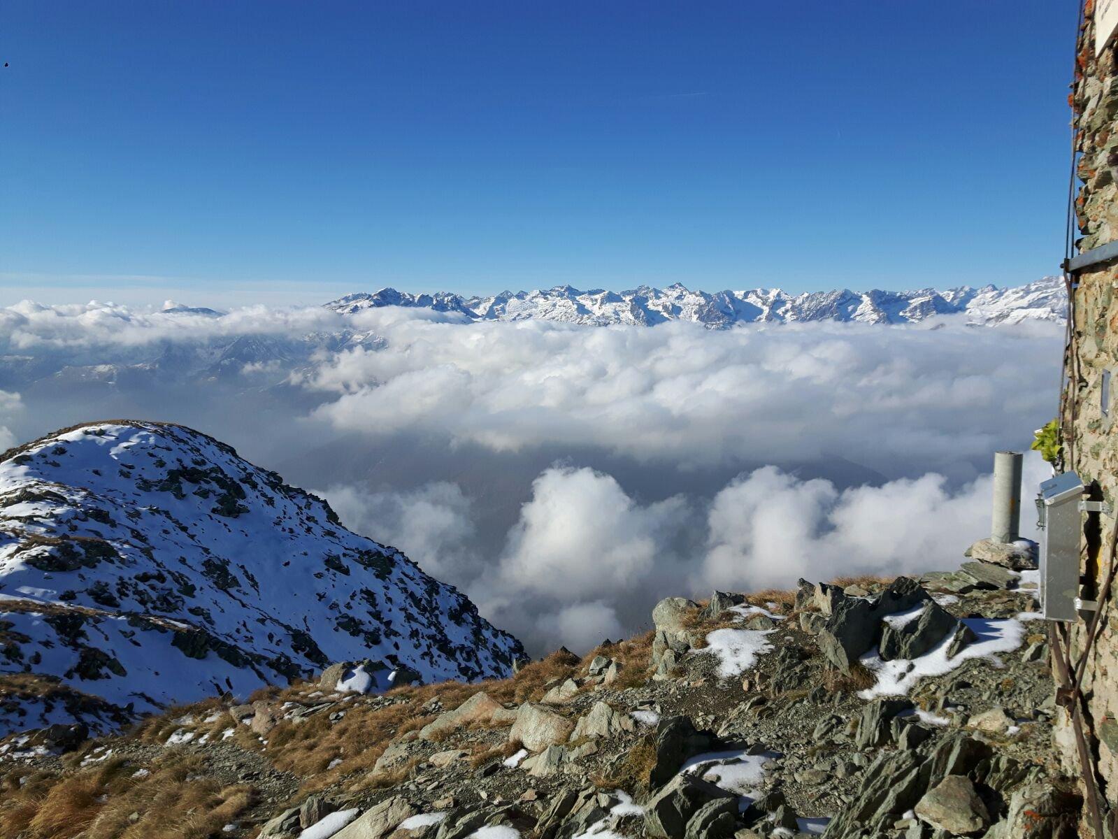 le grandi montagne sbucano dalla nebbia