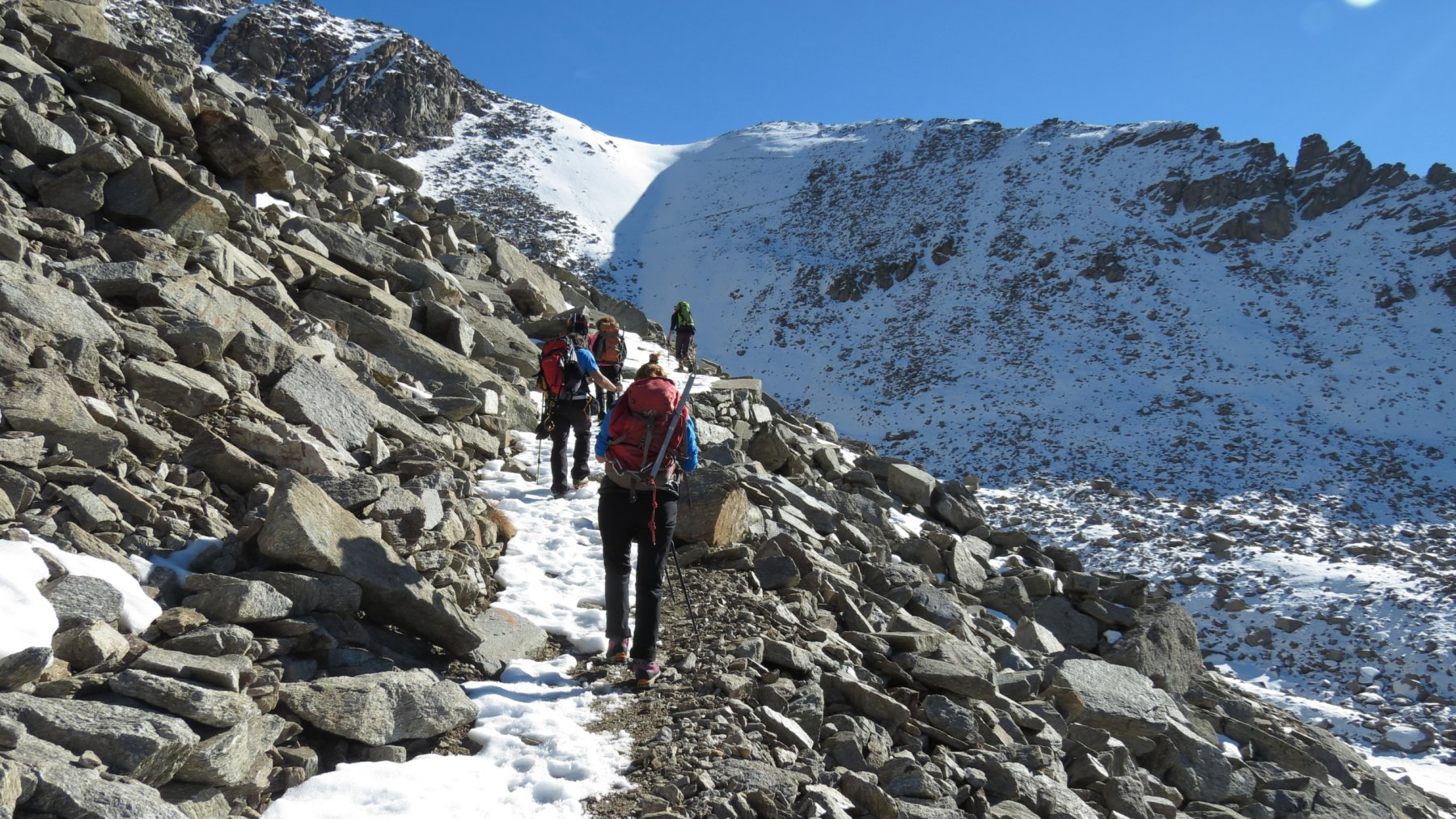 ripreso il sentiero a quota 2700 m si punta al Colle della Terra