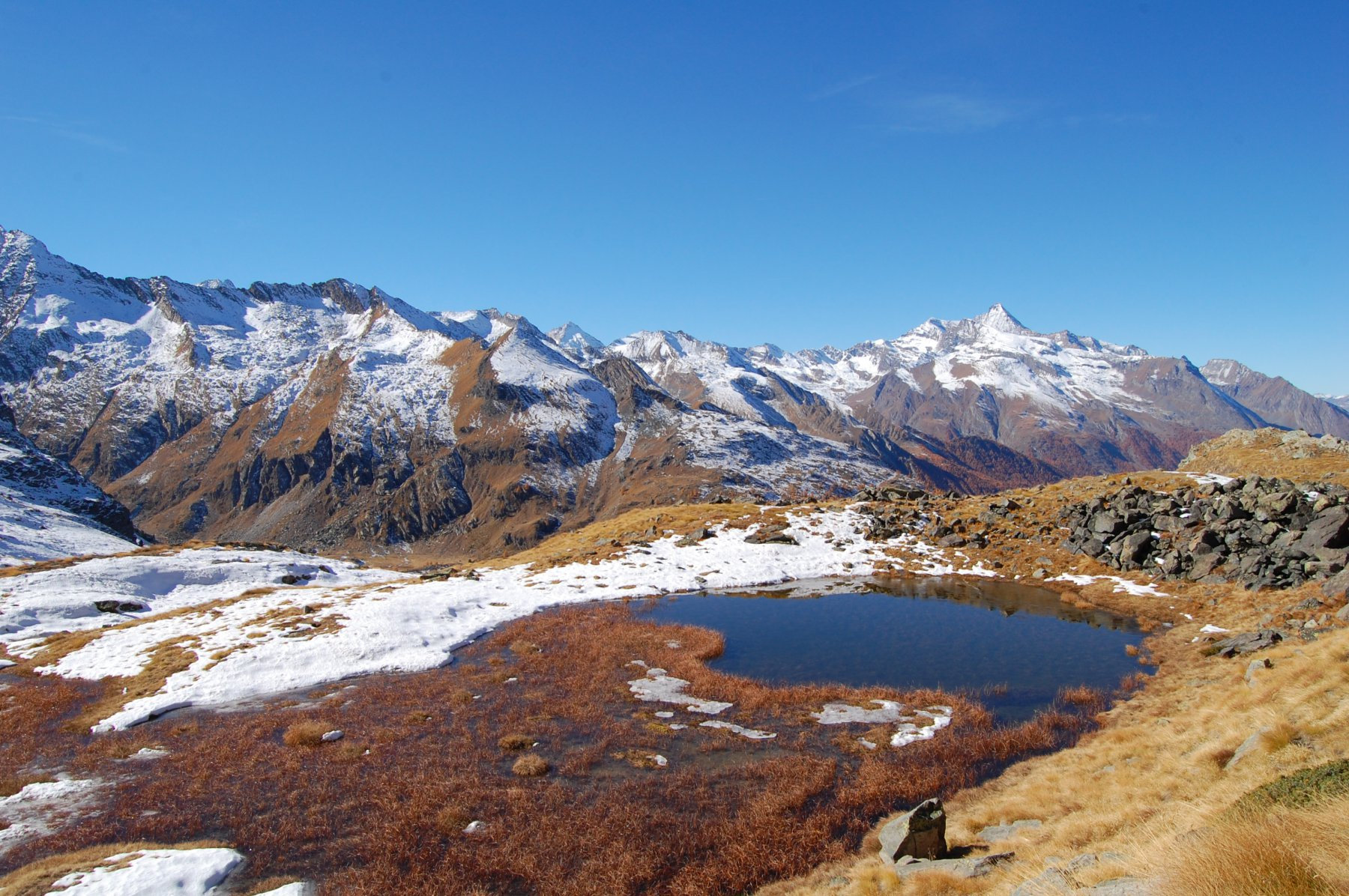 Vista dal Vallone di Acque Rosse verso la Val di Cogne (Grivola)