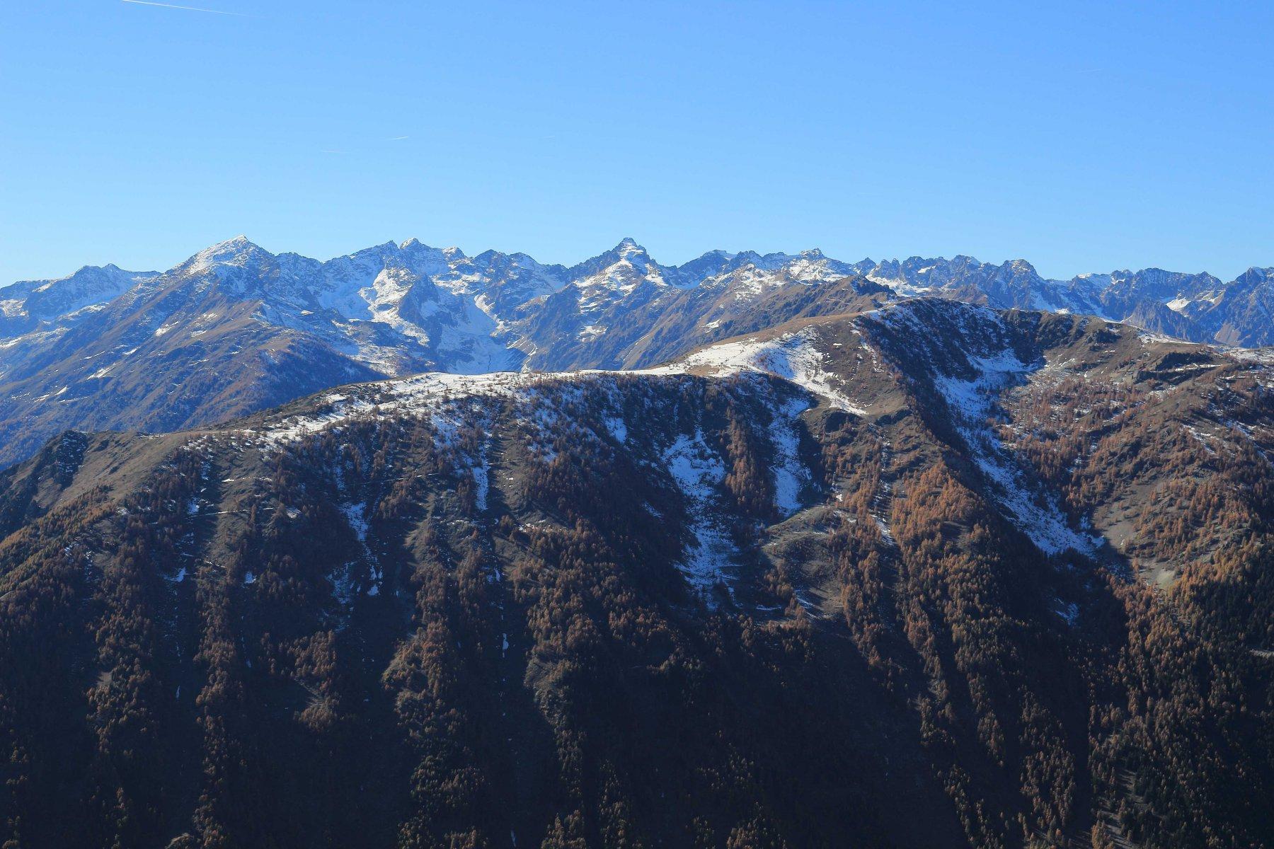 Vista dalla cima: il Becco Alto d'Ischiator, proprio al centro, ci ricorda che l'inverno è alle porte.