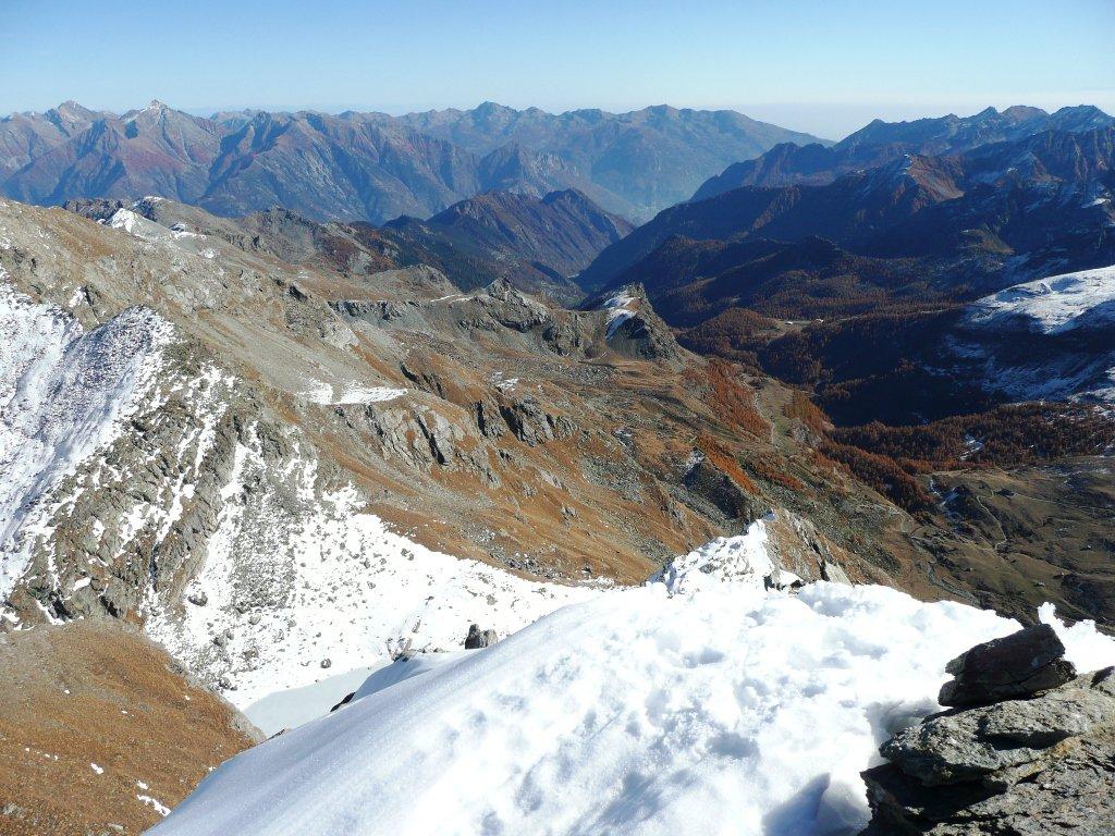 Valle di Champorcher, sullo sfondo le dame e le montagne biellesi