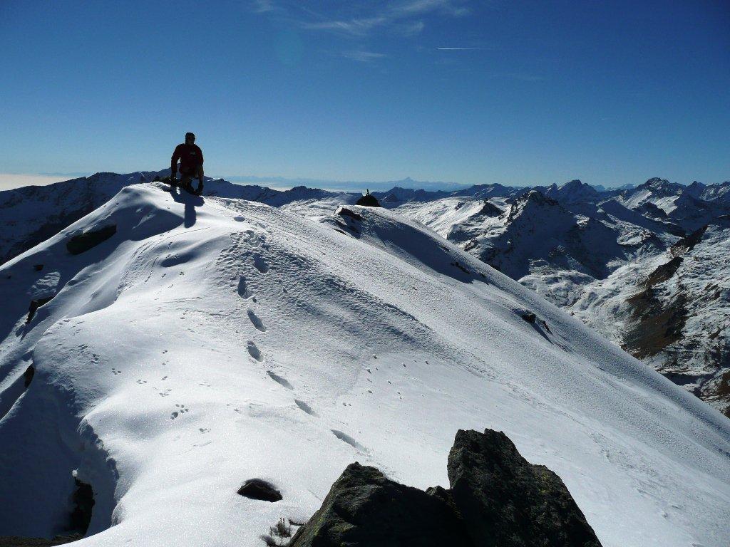 Sommità del rilievo e scivolo nord giù verso il Vallone di Fenis