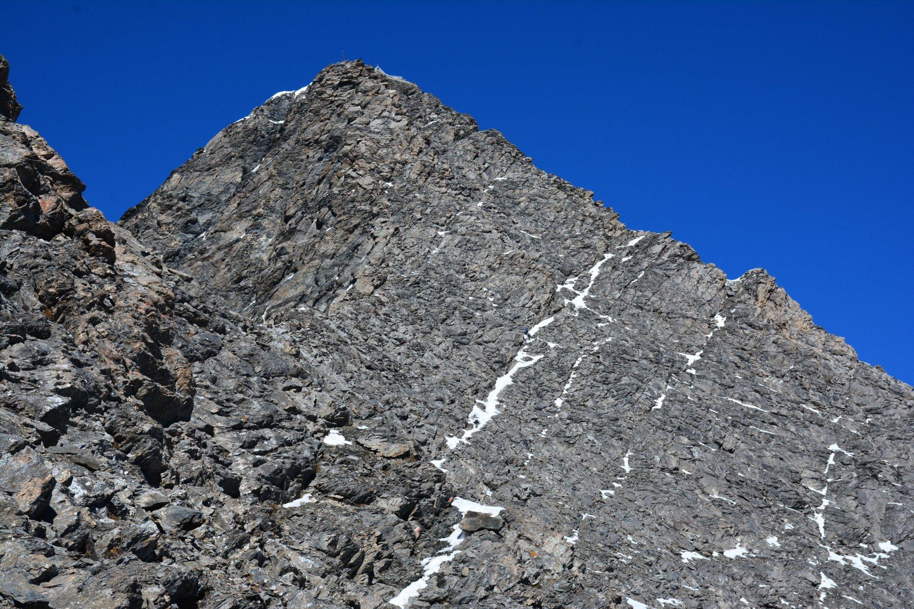 la lingua di neve in diagonale individua il percorso di salita