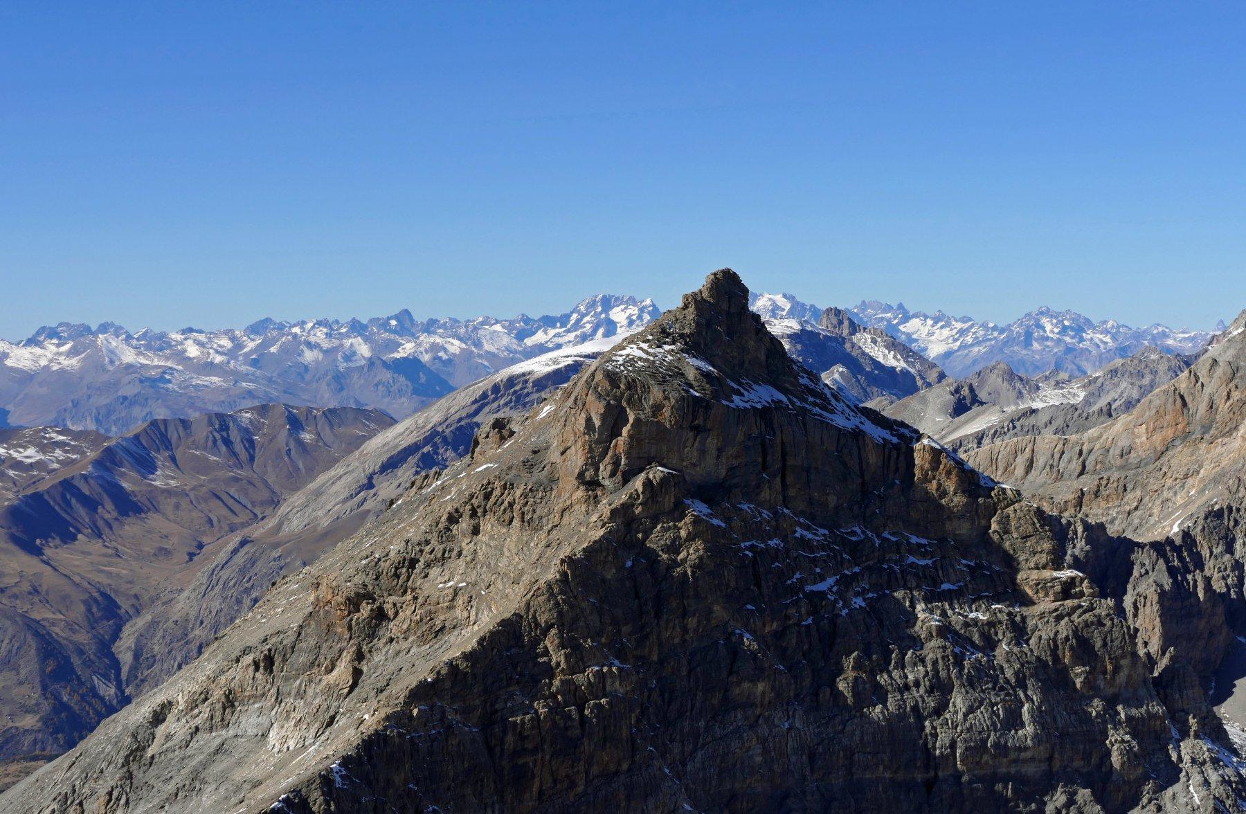 Dietro la slanciata Rocca Blancia si vedono gli Ecrins...