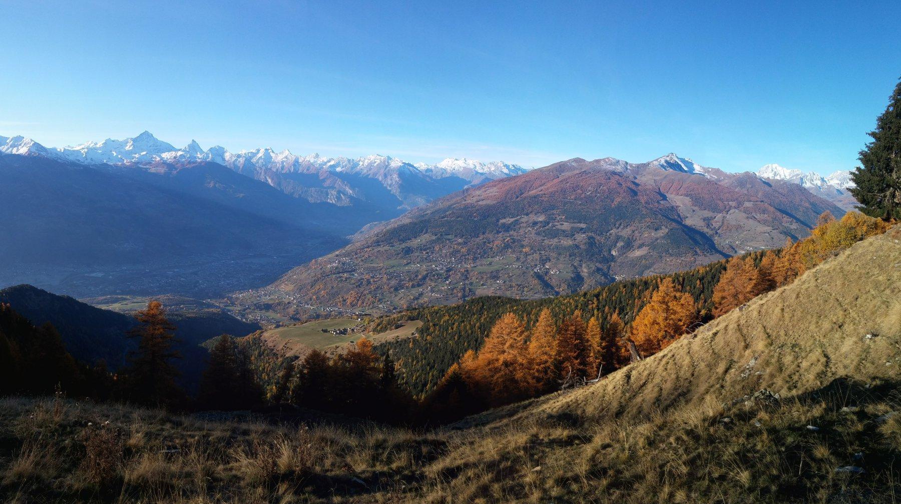In salita con vista su Blavy e la conca di Aosta