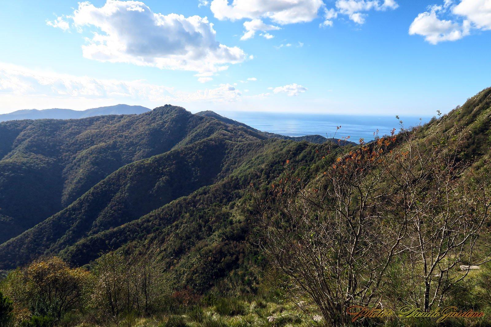 Continuando il percorso, ci voltiamo e riguardiamo il Monte Orsena con il Santuario che abbiamo da poco lasciato