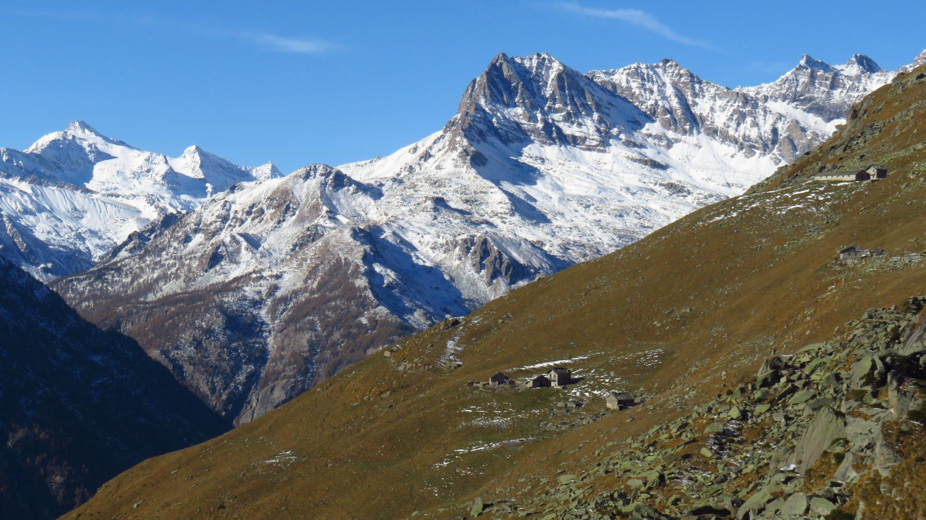 Dalla quota 1960, zoom su Alpe Giuva e Courmaon