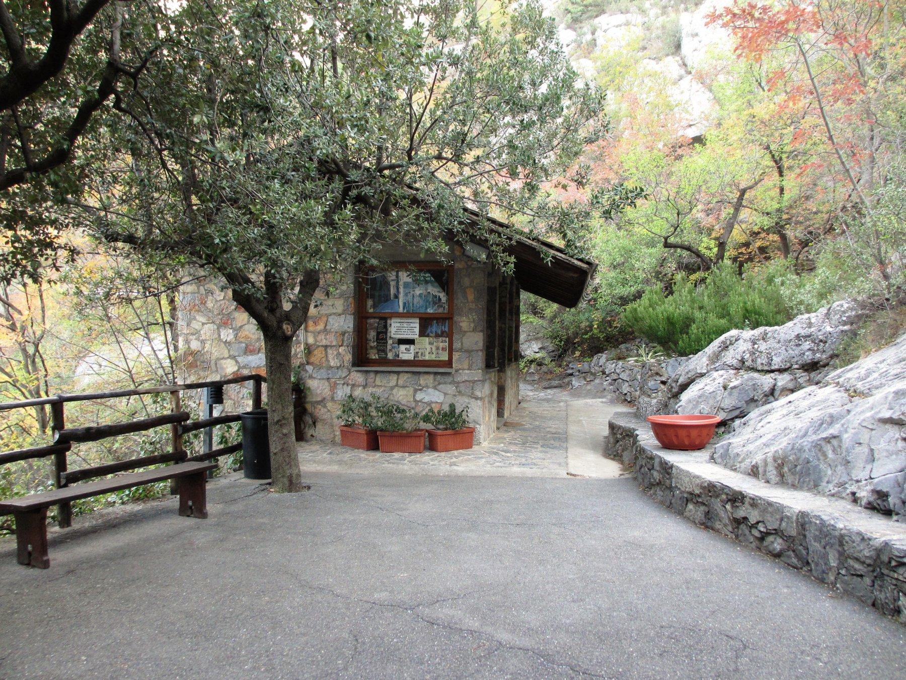 Casotto delle guide piazzale ingresso grotte