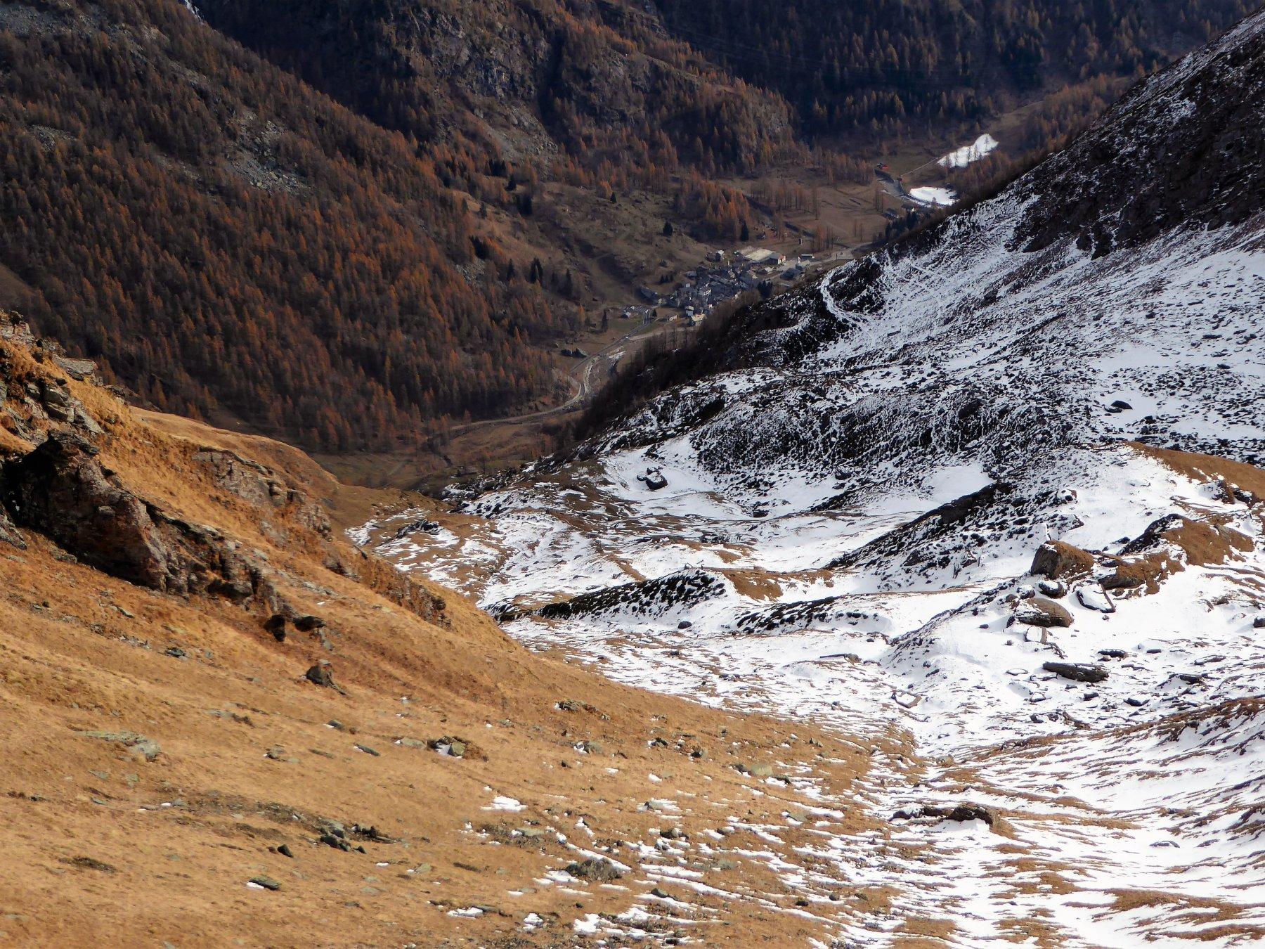 scendendo dal Colle della Borra, in alto a destra Piamprato