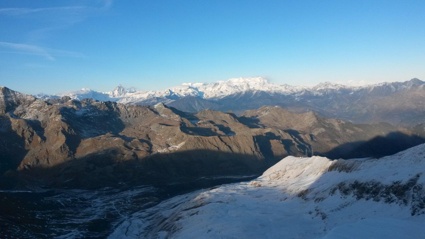 dalla cima si vede quasi tutto il percorso di salita dal parcheggio (sullo sfondo Cervino e Monte Rosa)