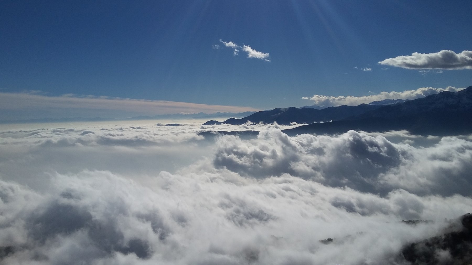 mare di nuvole fino all'Argentera