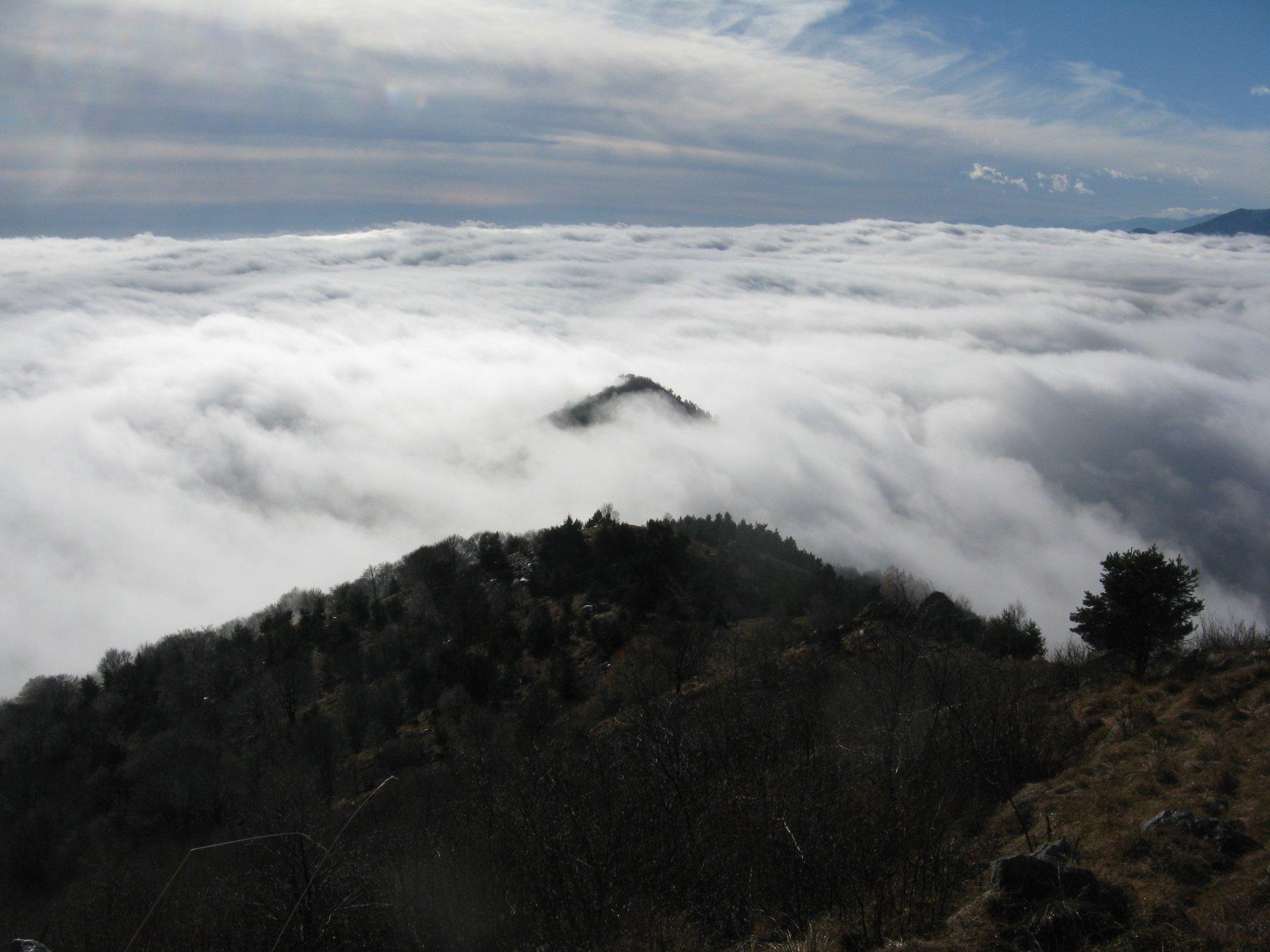 Il Truc Castelletto spunta dal mare di nubi