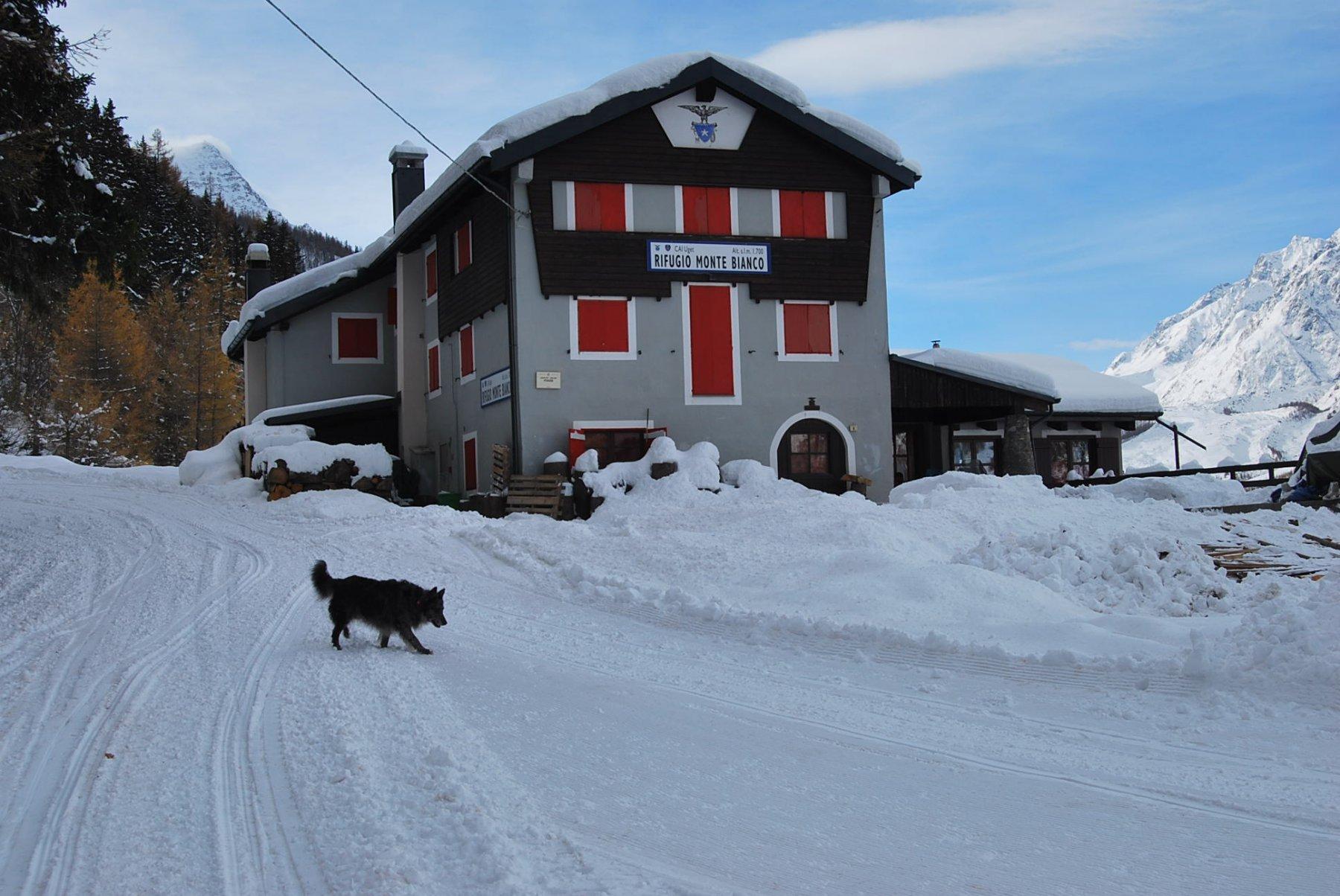L'arrivo al Rifugio Monte Bianco, dove si trovano le indicazioni per il colle