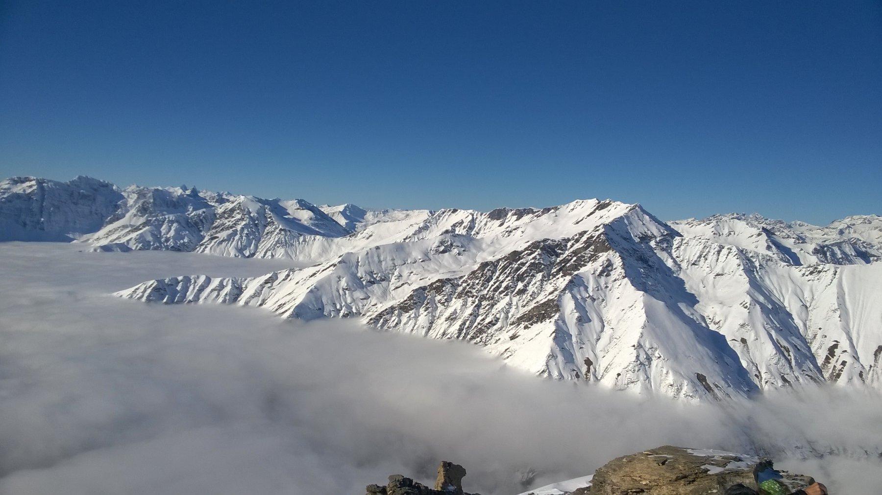Dalla vetta il settore Baldassarre, P. Nera, C. del G. Vallone: quanta neve !