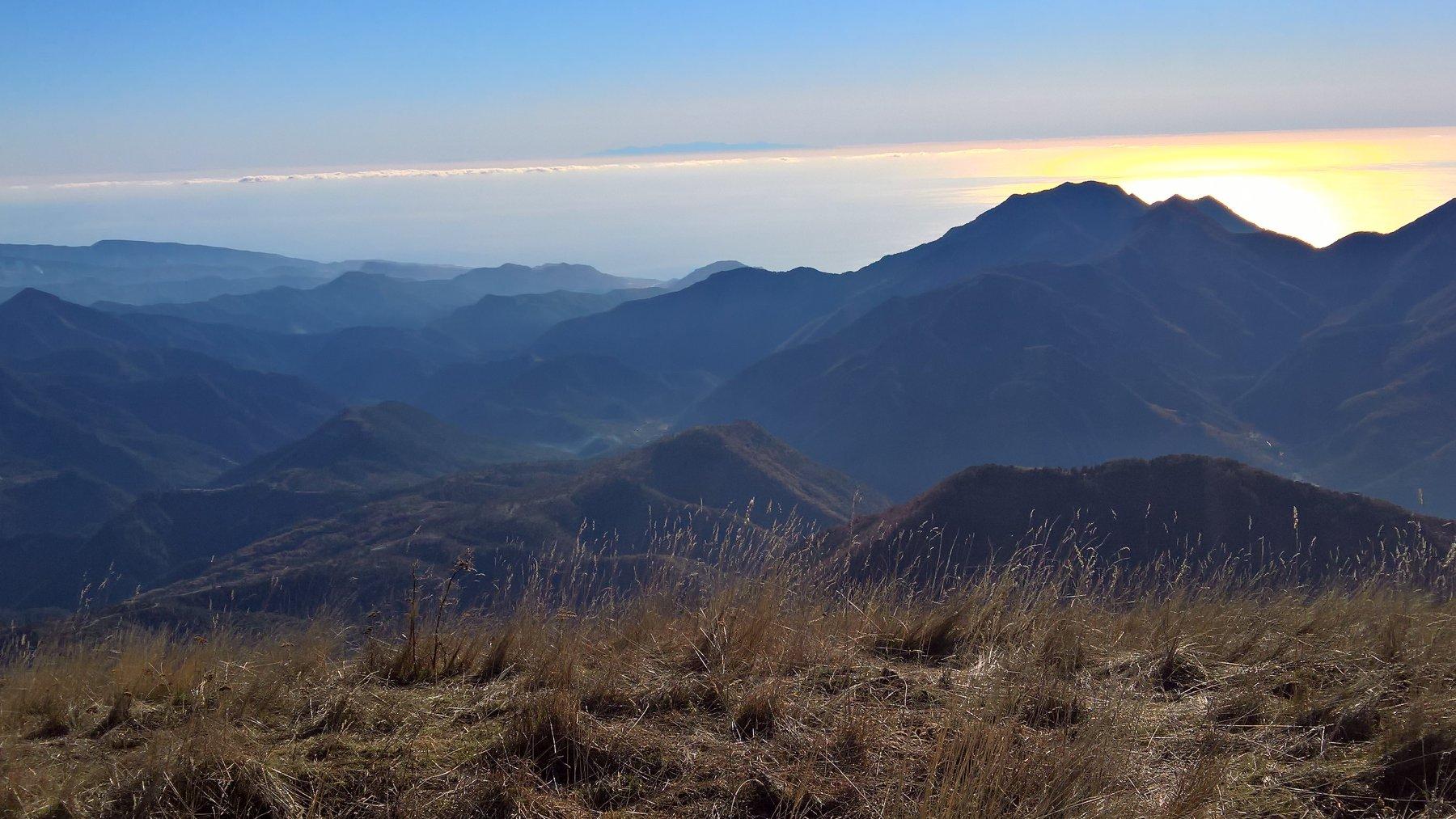 panorama sulla costa , mare e Corsica in lontananza
