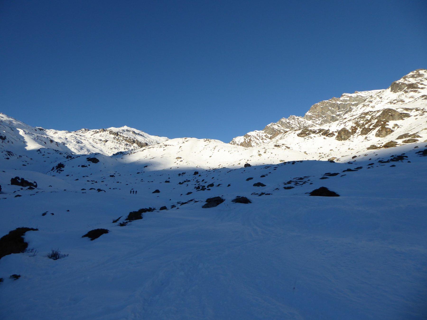 in prossimità dell'alpeggio Arp Vieille, la cima è in alto a sinistra