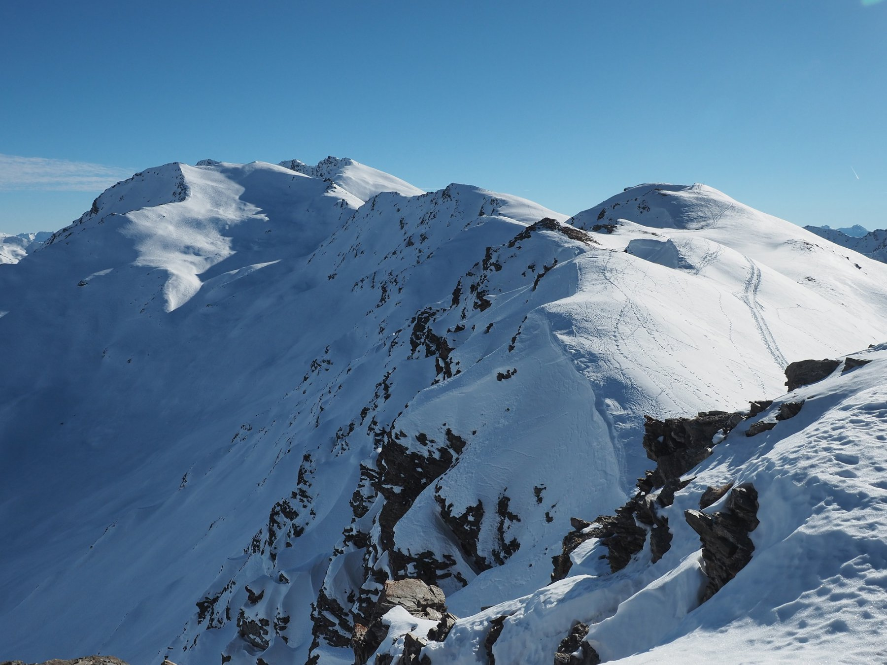 Uno sguardo dall'anticima verso il monte Terra Nera e la vera cima Dormillouse