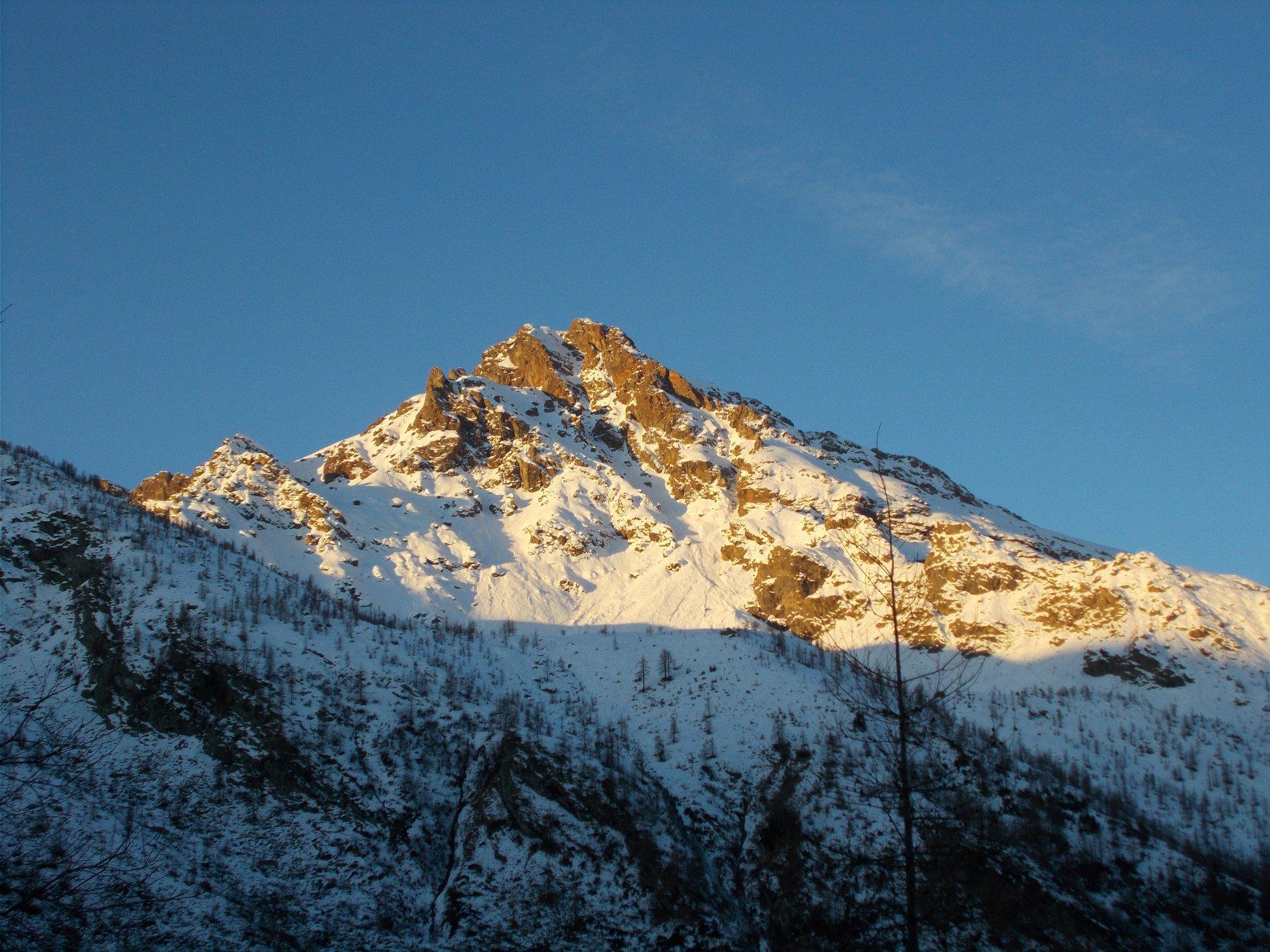 ll Monte Rosso d'Ala..prende i primi raggi di sole..