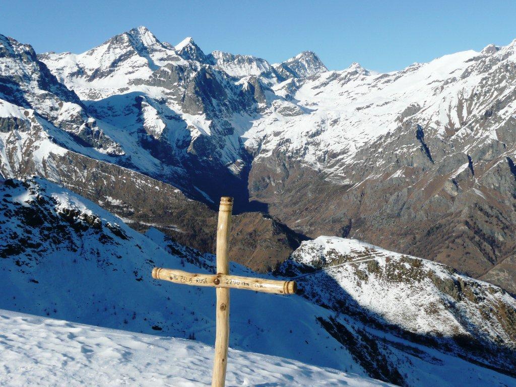 In cima: verso la testata del Vallone di Arnas.