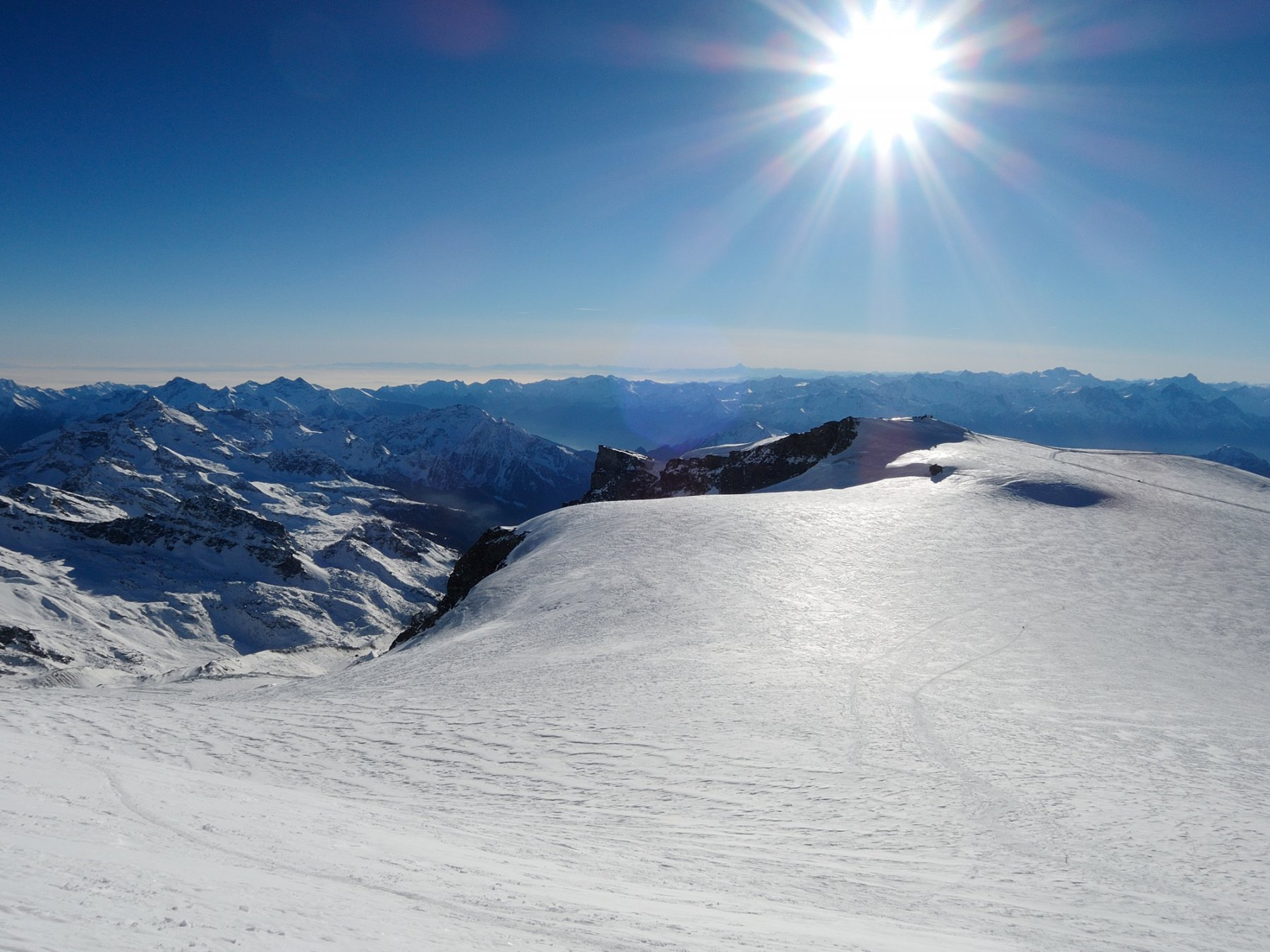 Plateau del Breithorn, foschia in pianura e all'orizzonte il Monviso