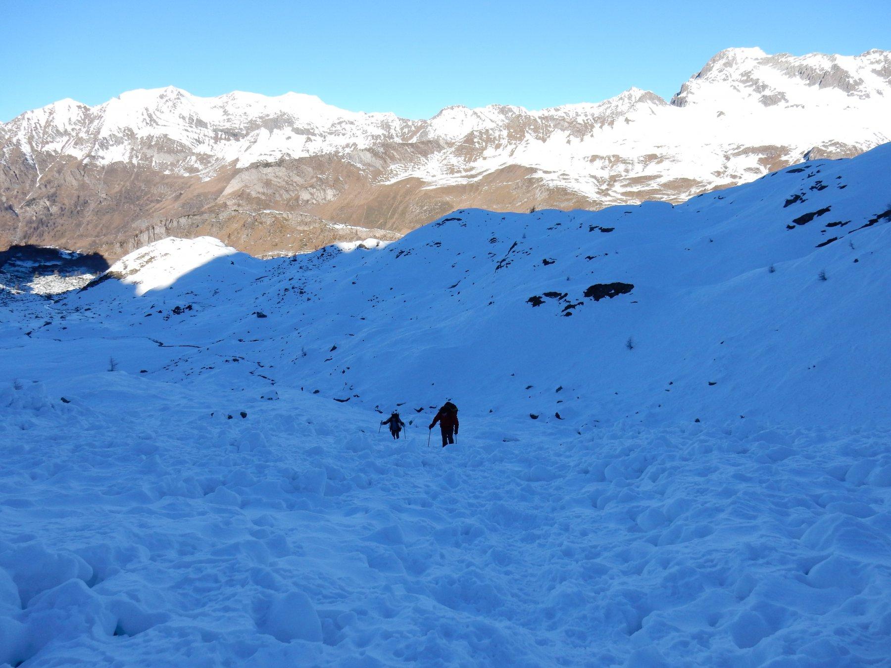 Avvicinamento al versante nord tra blocchi ghiacciati di neve da slavina.