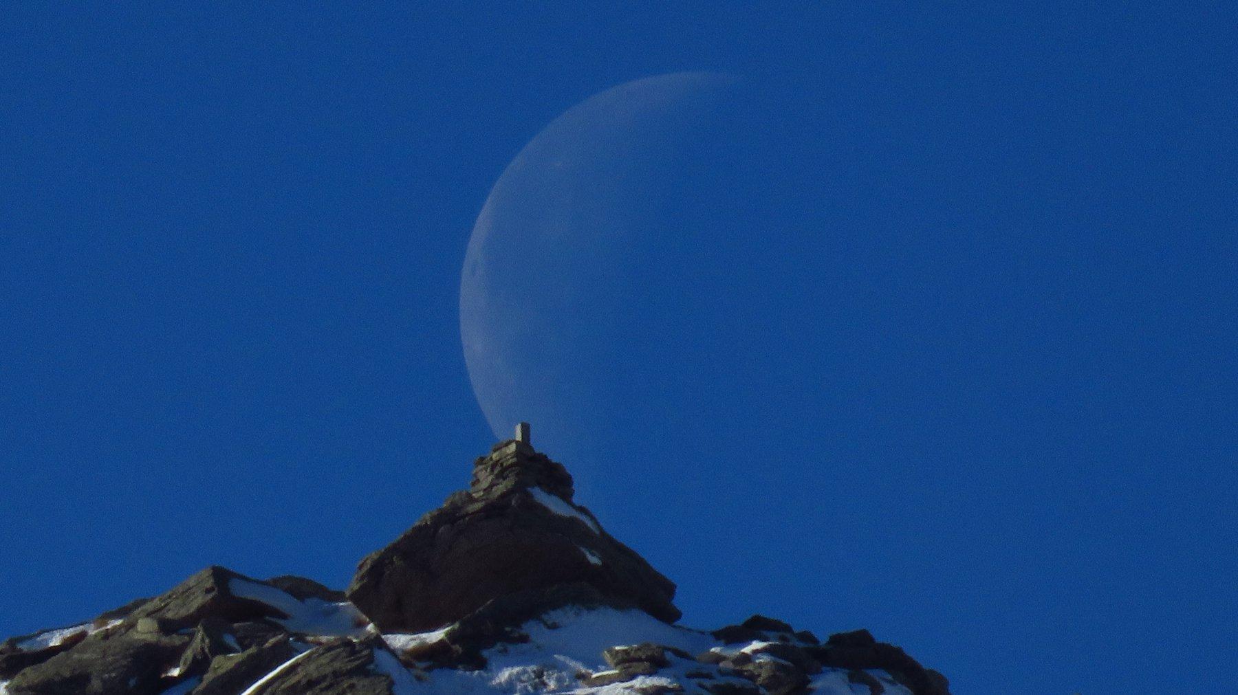 Zoom su Le Colme con falce di Luna