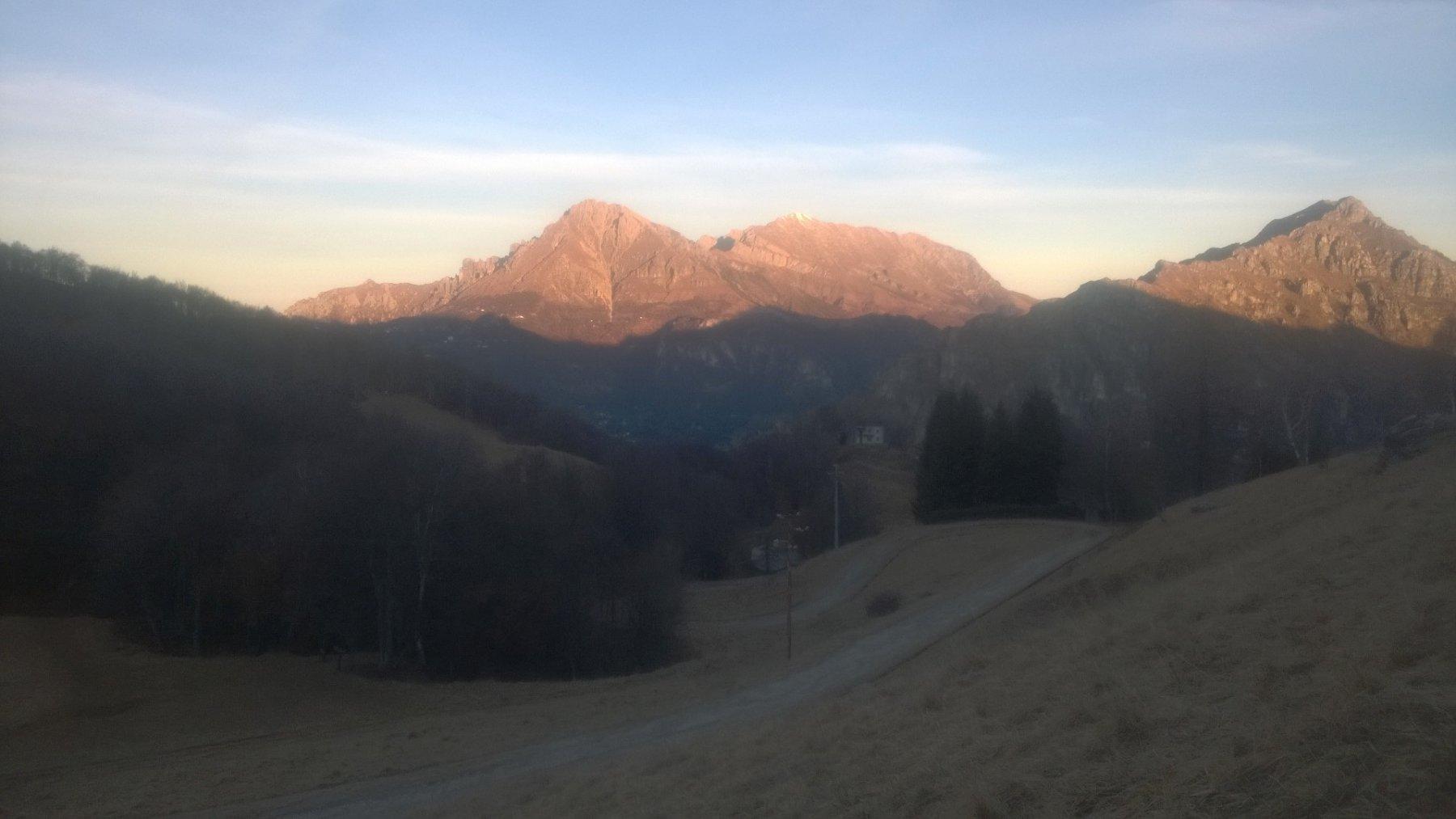 Le Grigne all'alba, viste dai Piani d'Erna