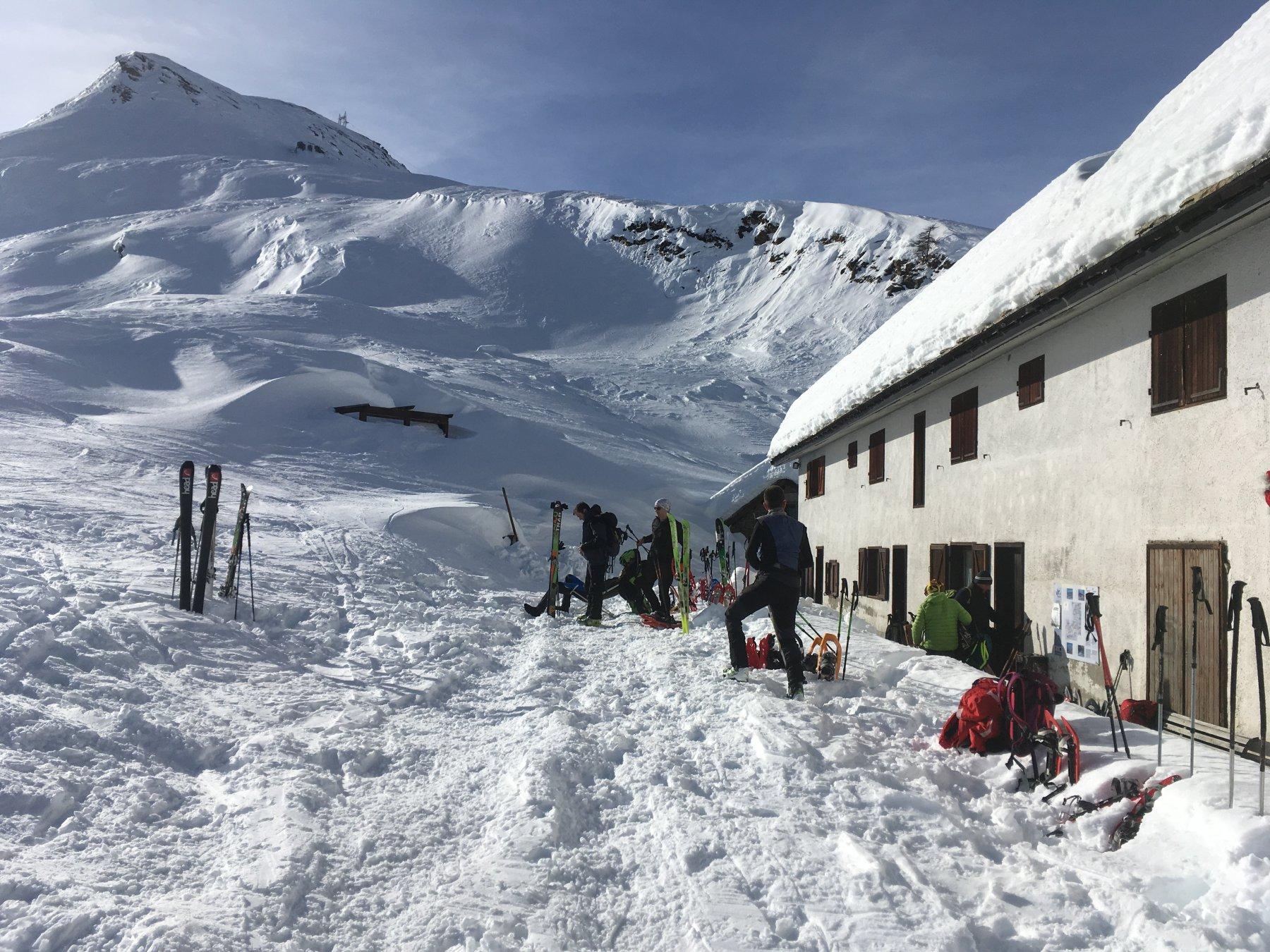 il rifugio Dondena con in alto i pendii sciabili