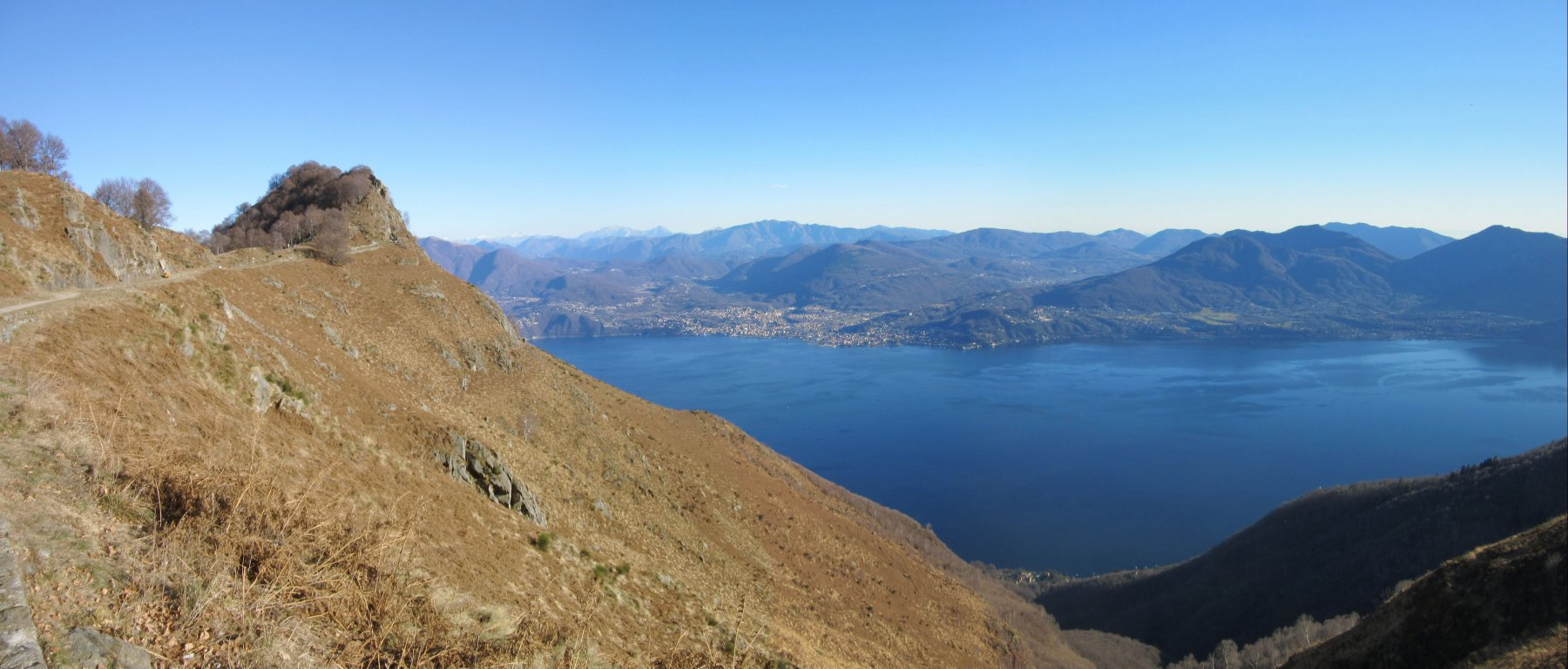 La cima di Morissolo e il lago Maggiore