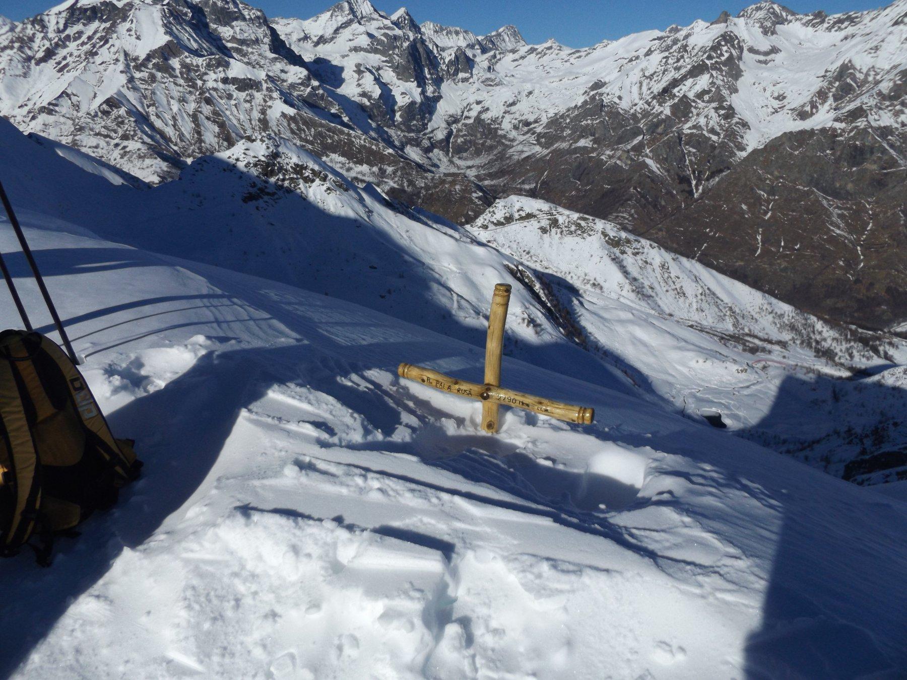 La croce di Pala Rusa emerge dalla neve